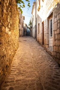 Insel Krk, Kroatien, Gasse, alte Steinhäuser, Abendlicht