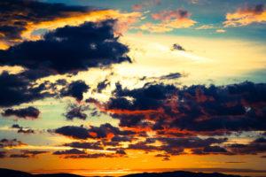 Wolkenhimmel mit untergehender Sonne, Farbspiel, Gewitterwolken