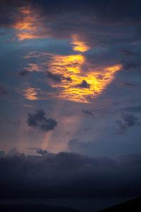 Himmel, Gewitterstimmung, dunkle Wolken mit Sonnenstrahlen