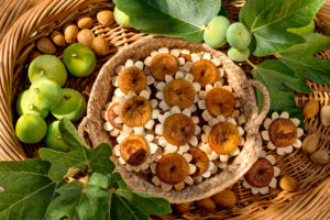 fig estrelas, an Algarve delicacy made with dried figs and almonds