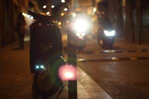 Roller und Motorräder bei Nacht in den Straßen Barcelonas