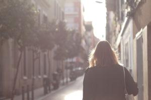 Junge Frau schlendert durch das sommerliche Barcelona
