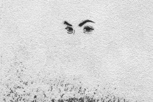 Augenpaar auf weißer Wand