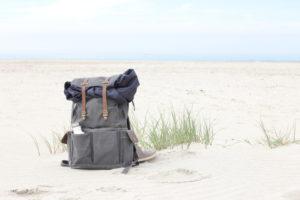 Ein Rucksack am Strand