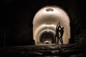 Tanzende Silhouetten in einem Tunnel