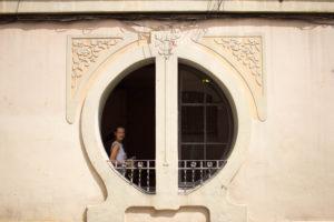 Junge Frau in rundem Fenster