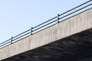 Aufstrebende Linien und Reflexionen des Wassers an der Torminbrücke in Münster