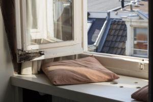 Kissen auf Fensterbank in Amsterdam
