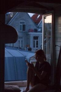 Junge Frau auf einer Fensterbank