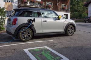 An der Ladestation mit dem elektrischen Mini Cooper SE