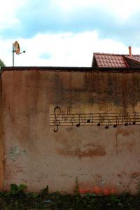 Wand, bemalt, Noten, Häuser, Himmel