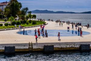 Kroatien, Dalmatien, Zadar, Uferpromenade Nova Riva, Lichtinstallation Gruss an die Sonne von Nikola Basic, Blick von der Fähre
