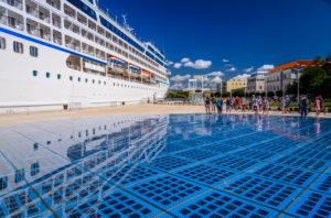 Kroatien, Dalmatien, Zadar, Uferpromenade Nova Riva, Lichtinstallation Gruss an die Sonne von Nikola Basic, Kreuzfahrtschiff