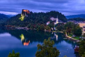 Slowenien, Gorenjska, Oberkrain, Bled, Bleder See, Burg Bled und Pfarrkirche St. Martin, Blick von Hotel Park