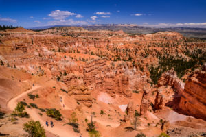 USA, Utah, Garfield County, Bryce Canyon National Park, Sunset Point, Amphitheater mit Navajo Trailhead gegen Escalante Mountains