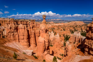 USA, Utah, Garfield County, Bryce Canyon National Park, Amphitheater mit Thors Hammer, Blick vom Navajo Loop Trail