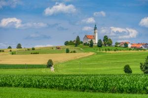 Deutschland, Bayern, Oberbayern, Landkreis Ebersberg, Bruck, Ortsteil Alxing, Kulturlandschaft mit Ortsansicht