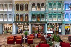 Fassade mit Nachbildungen verschiedenen Formen der traditionellen Peranakan Shophouse Architektur in Singapur, Heritage Zone, Terminal 4, Changi Flughafen Singapore
