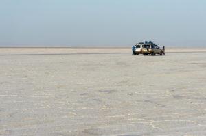 Allradfahrzeuge stehen auf der Salzkruste des Assale Salzsee, Hamedala, Danakil Senke, Afar Region, Äthiopien