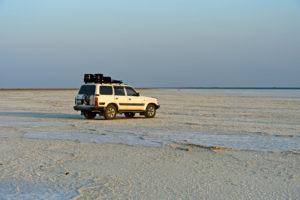 Allradfahrzeug einer lokalen Tourismusfirma steht auf der Salzkruste des Assale Salzsee, Hamedala, Danakil Senke, Afar Region, Äthiopien
