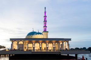 Schwimmende Moschee am Ufer des Sarawak Flusses in der Abenddämmerung, Kuching, Sarawak, Borneo, Malaysia
