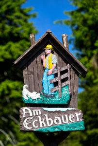 Aussichtspunkt Am Eckbauer, geschnitztes traditionelles Wanderzeichen, Kurort Oberwiesenthal, Erzgebirge, Sachsen, Deutschland