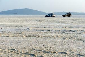 Verloren wirkende Geländewagen auf der Salzkruste des Assale Salzsees über 100 m unter dem Meeresspiegel, Danakil Depression, Afar Dreieck, Äthiopien