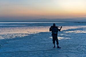 Wachmann mit Kalaschnikow am Assale Salzsee zum Sonnenuntergang, Hamadela, Danakil Depression Afar Dreieck, Äthiopien