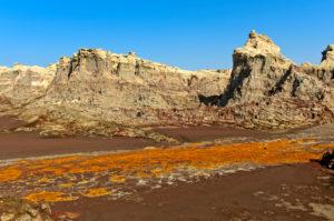 Erodierte Ablagerungen von Kalium- und Magnesiumsalzen und rostrotem Lehm in der Salzschlucht des Dallol-Vulkans, Hamadela, Danakil-Depression, Afar-Dreieck, Äthiopien