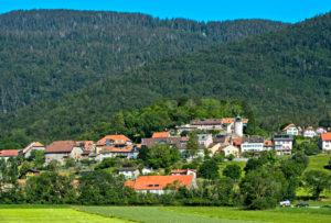 Die Gemeinde Montricher am Fuss des Mont Tendre im Waadtländer Jura, Waadt, Schweiz
