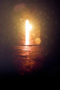 Lichtschein in einem Rundbogenfenster in einer Kirche