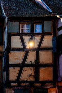 Fachwerkhaus mit Straßenlampe in Riquewhir im Elsass