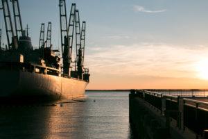 Kriegsschiff Lader bei Sonnenuntergang am Hafen des York River in Virginia, USA