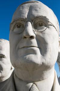 USA Präsidentenköpfe aus Freizeitpark auf Parkplatz abgestellt / Presidents Heads in Croaker, Virginia