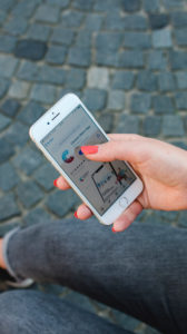 Rothaarige Frau mit Corona-Warn-App auf Odeonsplatz in München / Anleitung für Corona-Warn-App
