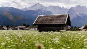 Holzhütte / Heuscheune in Garmisch-Partenkirchen mit Alppanorama im Hintergrund