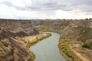 Raodtrip USA durch Montana mit Aussicht über Nationalpark mit Fluss in Tal im Herbst