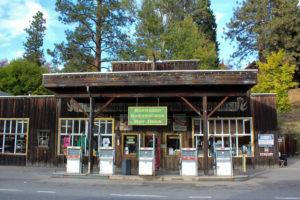USA Roadtrip Cowboystadt Straßenmalerei Flagge alte Tankstelle in Montana