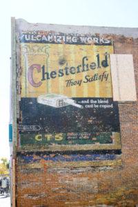USA Roadtrip Cowboystadt Straßenmalerei Flagge
