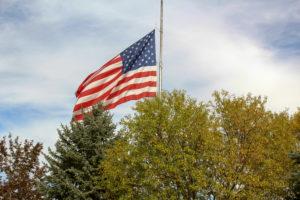 USA Roadtrip Cowboystadt  Flagge hinter Bäumen