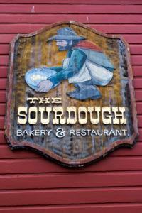 "USA Roadtrip Cowboystadt Straßenschild Eingangsschild zu Bäckerei ""The Sourdough"""