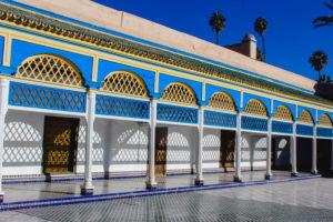 Bahia Palace Marrakesch mit Palmen, handgeschnitzte Architektur, Schattenspiel