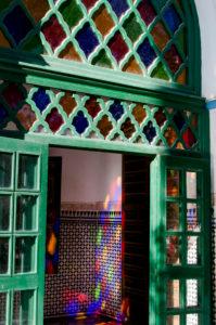 Bahia Palace Marrakesch, handgeschnitzt und Lichterspiel, grüne Eingangstür mit buntem Fensterglas