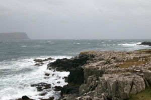 Landschaft in Schottlands Highlands Klippe mit zerschellenden Wellen