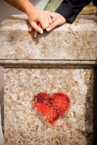 Detailaufnahme, Hochzeit, Paar, Händchen haltend mit Graffitti-Herz