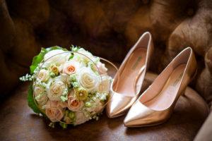 Detailaufnahme, Hochzeit, Brautstrauß und Brautschuhe