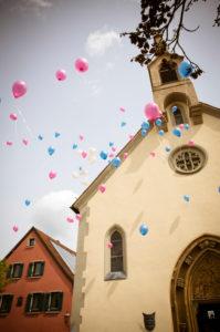 Hochzeit in Volkach, Unterfranken, fliegende Ballons vor der Kirche