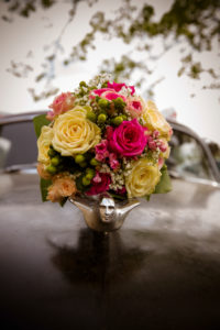 Detailaufnahme, Hochzeit, Brautstrauß auf Oldtimer-Kühler