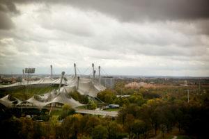 Luftaufnahme vom Olympiapark über Olympiadorf und Olympiastadion