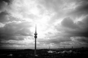 Luftaufnahme vom Olympiapark über Olympiadorf und Turm in München